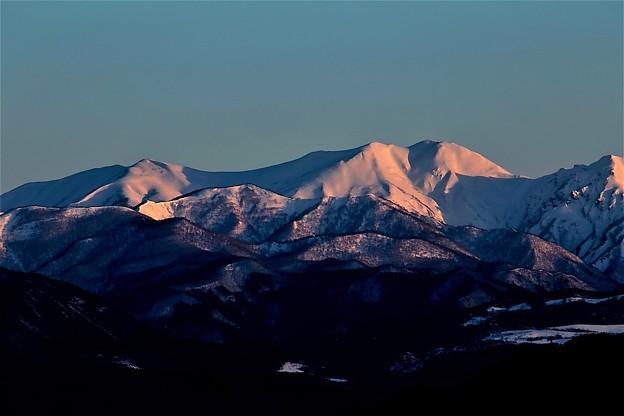 朝焼けの雪山