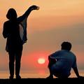 写真: 夕陽の二人