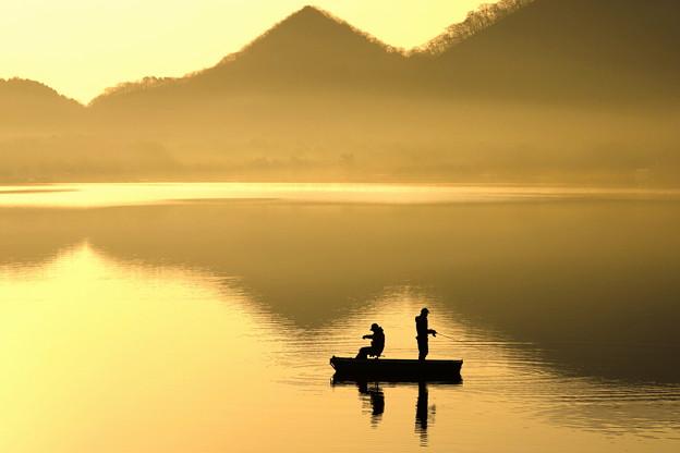 染まる湖上