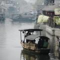 写真: 運河を渡る船
