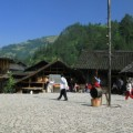 写真: 村の中央にある広場