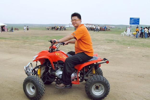 写真: ATVで草原をゆく
