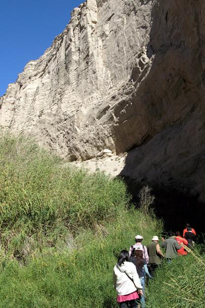 写真: 渓谷を行く