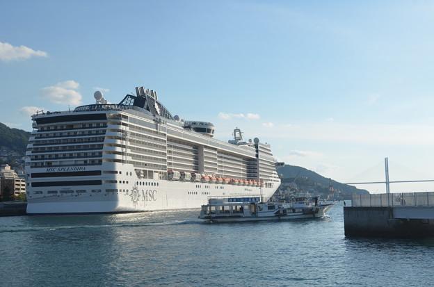 豪華客船と軍艦島クルーズ船。