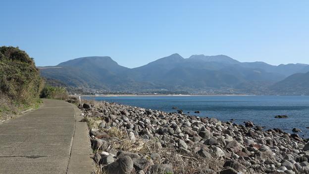 15千々石海岸の小浜鉄道跡より雲仙を望む