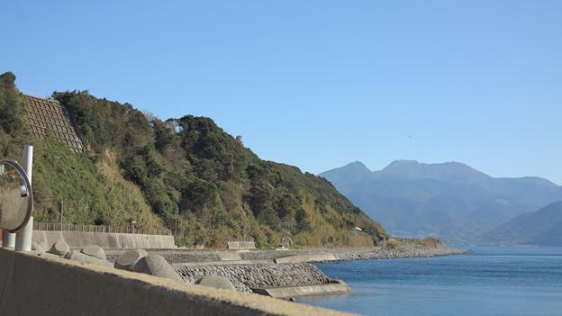 16千々石海岸の断崖絶壁の下、海岸沿いを小浜鉄道は走っていた