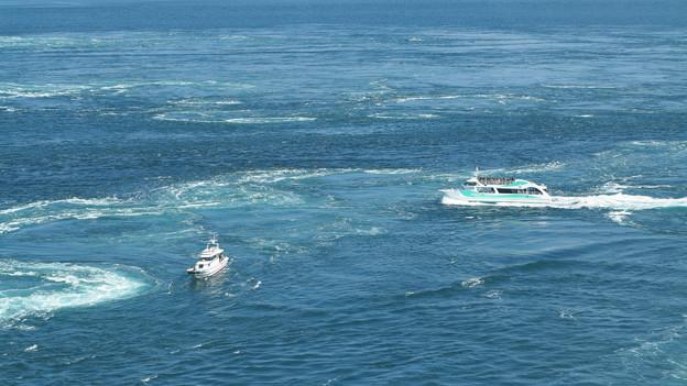 渦潮と格闘する観光船