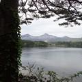 写真: 桧原湖と磐梯山