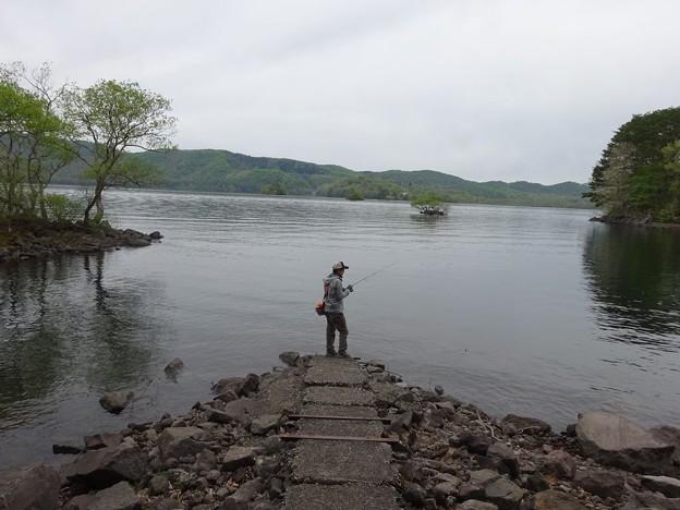 写真: 桧原湖にて釣り人ひとり