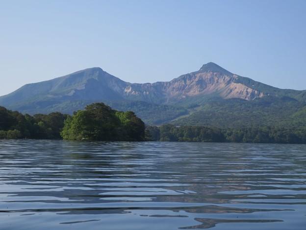 桧原湖上から望む磐梯山