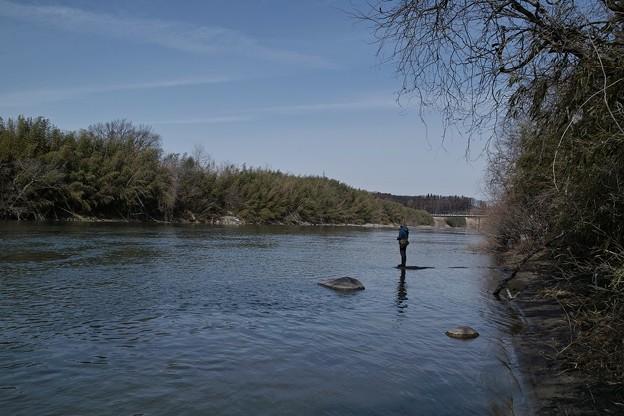 川の釣り人