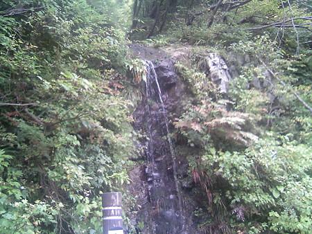 赤芝峡に流れる滝