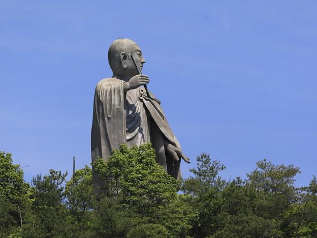 山の上にそびえ立つ弘法大師像
