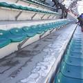 """<平昌五輪>試合翌日に迫る中、スキージャンプ競技場では観客席の""""氷はがし"""""""
