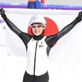 女子マススタート決勝 金メダルに輝いた高木菜は、笑顔で日の丸を掲げる