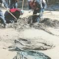 <東日本大震災>石巻の海岸で不明者捜索 手掛かり捜し続ける