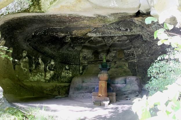 IMG_2158 明月院・開山堂近くのやぐら(羅漢洞)