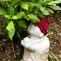 IMG_1577 石像になぜ赤い帽子?