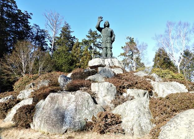 DSCN7933 高台の更に石山に有る日本武尊の銅像