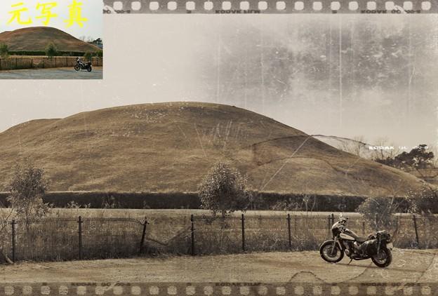 今と昔の交差点・・・ (古墳とバイクの有る風景)