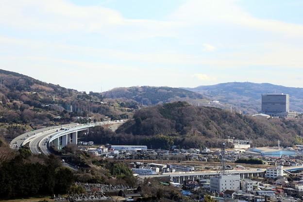 東名高速と旧第一生命本社ビルが見える