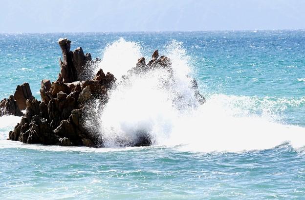 Photos: 岩に砕ける波