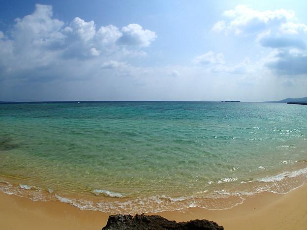 ちょっとした岩場からの海なのです^^