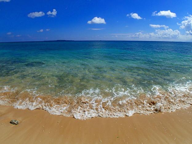 沖縄らしい海の色なのです^^