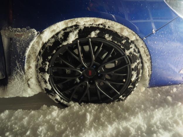 雪が詰まったタイヤ