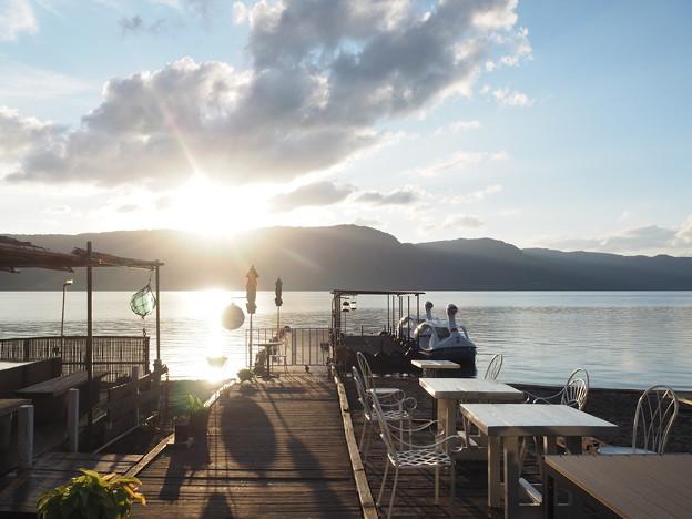 日が傾く十和田湖