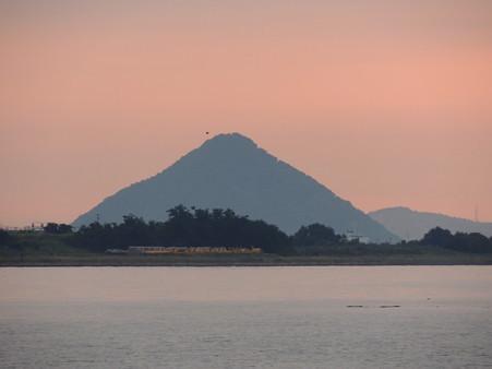 坂出港から見た瀬戸内の島の朝景