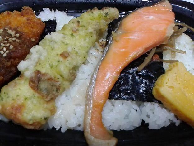 のっけ鮭弁当イカフライ付、198円の20%オフ。ダイジョブかいな。