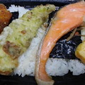 写真: のっけ鮭弁当イカフライ付、198円の20%オフ。ダイジョブかいな。