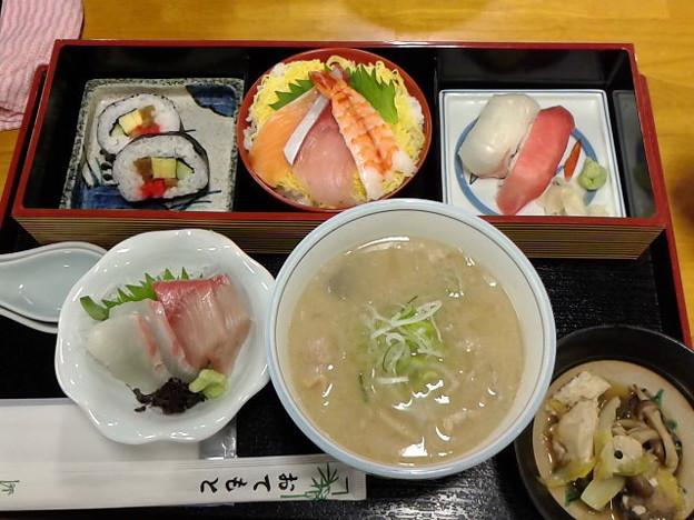 早めの夕食に寿司セット。いろいろ付いてたけど、寿司ネタ薄っ!しゃぶしゃぶ用?