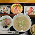 写真: 早めの夕食に寿司セット。いろいろ付いてたけど、寿司ネタ薄っ!しゃぶしゃぶ用?
