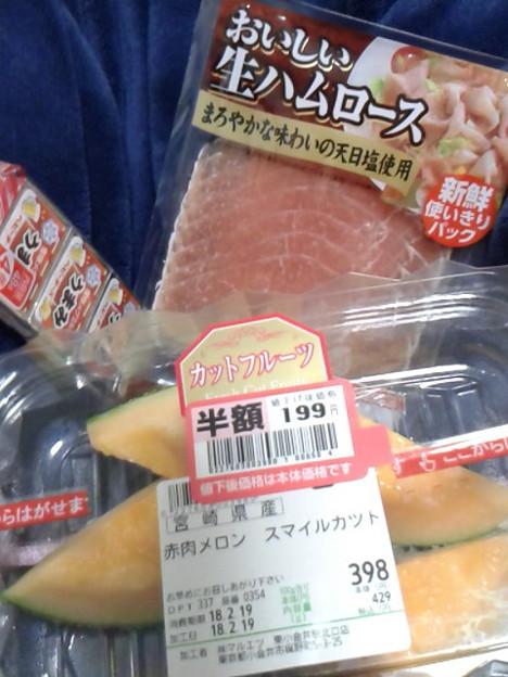 写真: 赤肉メロンが安かったから衝動買い。さらに生ハムも。ひとりで月曜から夜更かし宴。(笑)