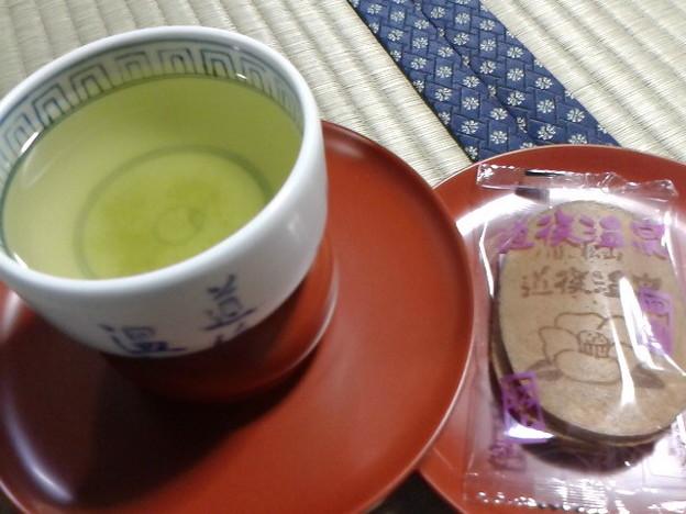 お風呂上がりは2階の畳部屋でお茶とお菓子。今日は瓦せんべい。茶碗は砥部焼、天目台は輪島塗。