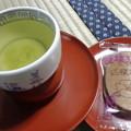 写真: お風呂上がりは2階の畳部屋でお茶とお菓子。今日は瓦せんべい。茶碗は砥部焼、天目台は輪島塗。