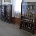写真: 旧事務所の棚に素敵なボトルがいっぱい♪