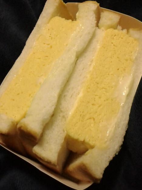 近所のコンビニ自家製玉子サンド、辛子マヨがいい感じ。こういう玉子焼を焼けるようにナリタイ。