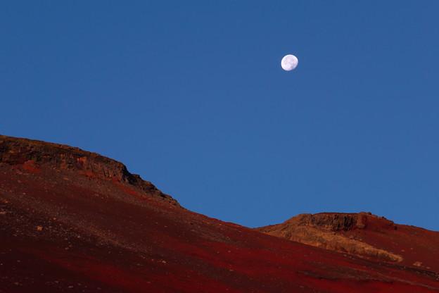 富士より月を望む