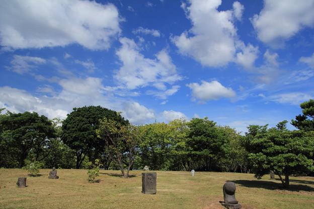 石像と夏空