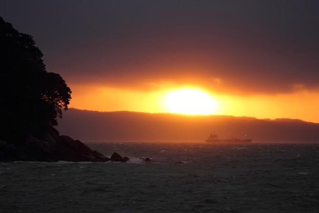 夕日が覗く