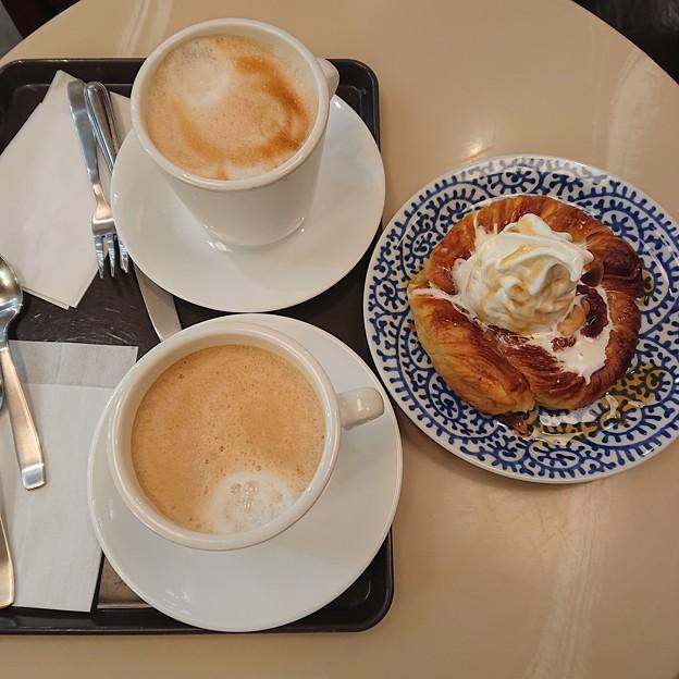 デニブランとホットカフェラテ