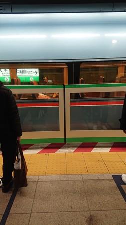 地下鉄にはない正面を向いている座席