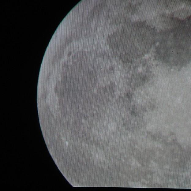 月と宇宙の境目