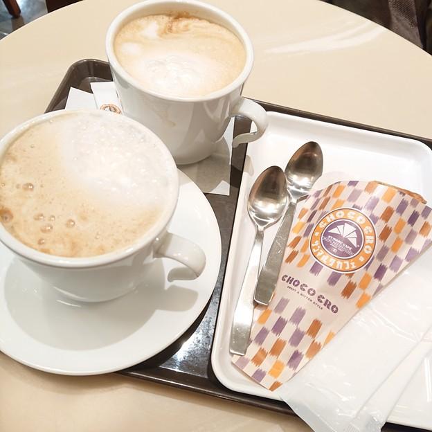ほうじ茶チョコクロとホットカフェラテ