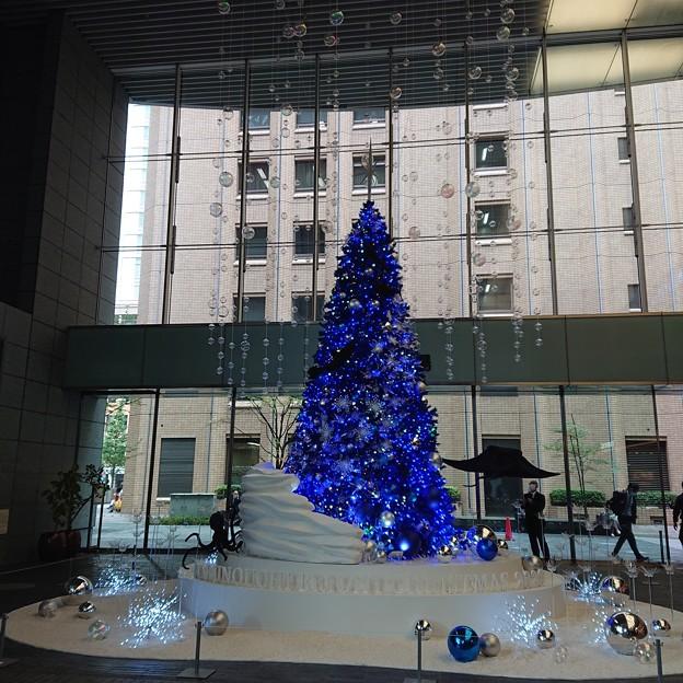クリスマスツリーが立ち、椅子が減った