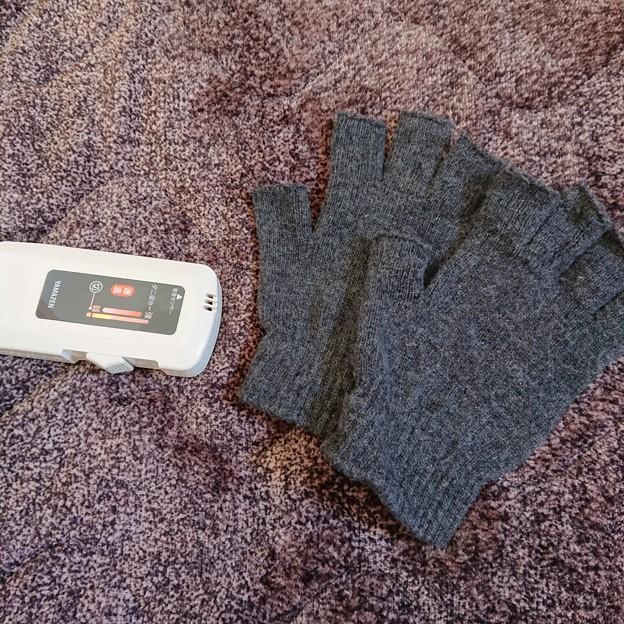 一条半のホットカーペットと指先出てる手袋