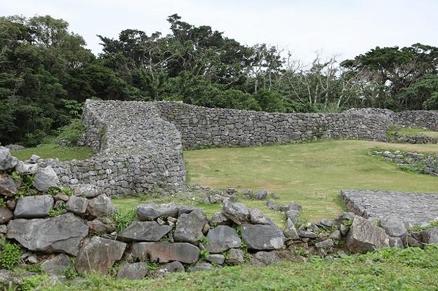 外郭にある低い石垣も曲線を描く